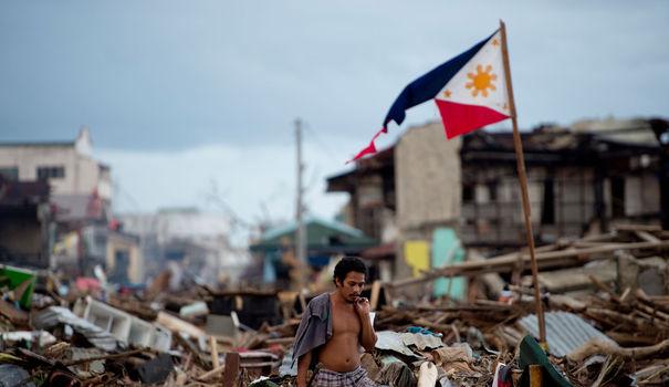 un-homme-au-milieu-des-debris-de-maisons-pres-du-front-de-mer-de-tacloban-apres-le-passage-du-typhon-haiyan-le-20-novembre-2013-aux-philippines_4532052.jpg
