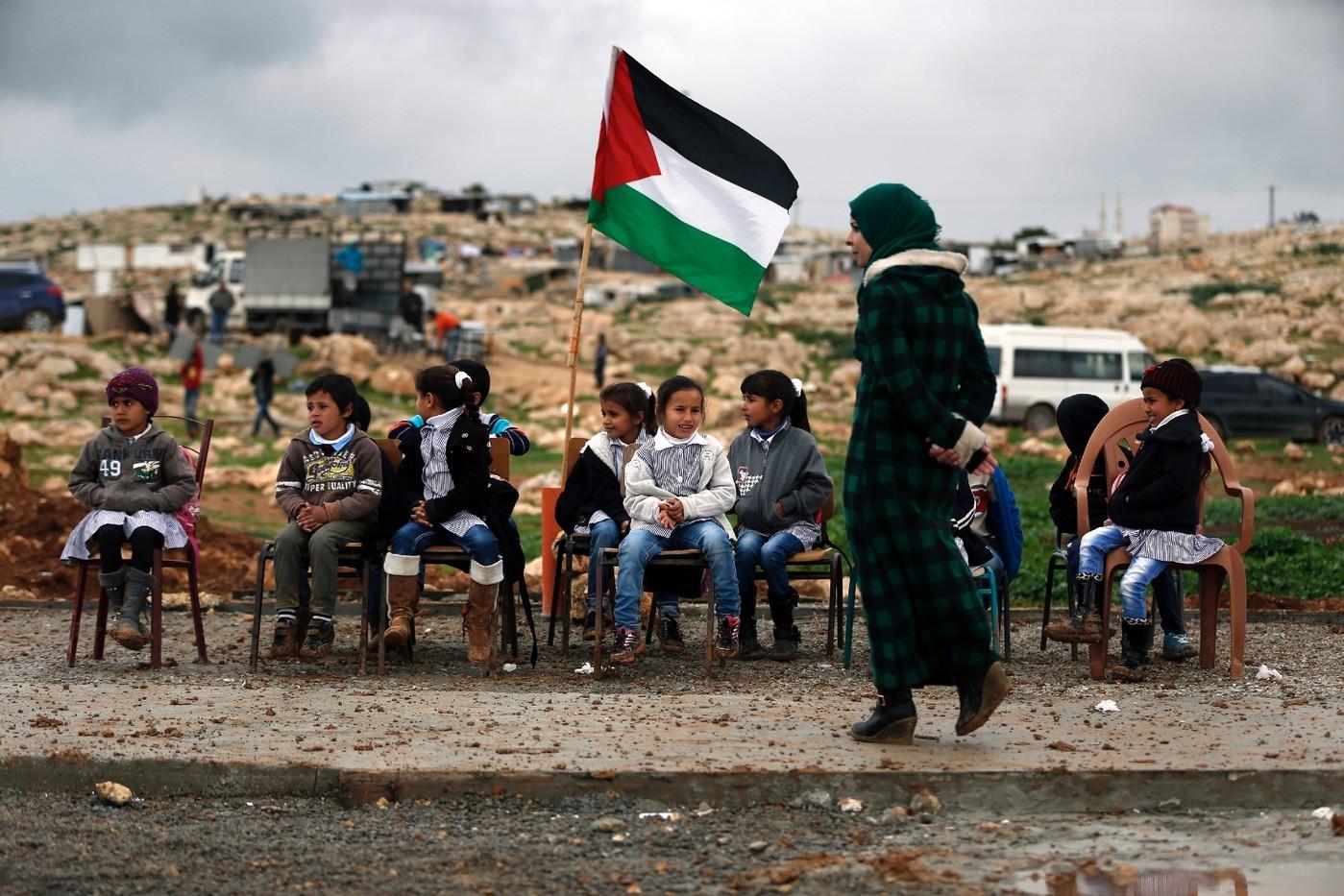 les-enfants-palestiniens-campement-bedouin-abou-nouwar-suivent-leurs-cours-plein-23-fevrier-2016-apres-destruction-leur-ecole-israel_1_1400_933.jpg