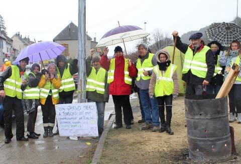 dimanche-matin-malgre-la-pluie-un-piquet-de-manifestants-au-gilet-jaune-est-toujours-present-au-rond-point-de-l-entree-nord-de-la-mure-1543764349.jpg